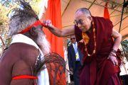 """Его Святейшество Далай-лама обращается к одному из танцоров, приветствовавших его, со словами: """"Я хочу увидеть ваш нос"""". Улуру, Северная Территория, Австралия. 13 июня 2015 г. Фото: Расти Стюарт"""