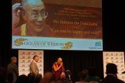 Его Святейшество Далай-лама приветствует собравшихся на деловом обеде Австралийско-израильской торговой палаты. Перт, Австралия. 15 июня 2015 г. Фото: Джереми Рассел (офис ЕСДЛ)