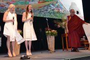 """Сузи Матер и Джемма Рикс исполняют песню """"С днем рождения"""" для Его Святейшества Далай-ламы по окончании его лекции на """"Перт-Арене"""". Перт, Австралия. 14 июня 2015 г. Фото: Расти Стюарт"""