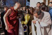 """Его Святейшество Далай-лама здоровается с тибетцами и бутанцами, встречающими его у входа на """"Перт-Арену"""" перед началом его публичной лекции. Перт, Австралия. 14 июня 2015 г. Фото: Расти Стюарт"""