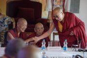 Его Святейшество Далай-лама и Менри Тризин на 12-й конференции представителей четырех школ тибетского буддизма и традиции бон. Дхарамсала, Индия. 20 июня 2015 г. Фото: Тензин Чойджор (офис ЕСДЛ)