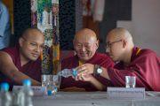 Дрикунг Кьябгон Чецанг, Таклунг Шабдрунг Ринпоче и Его Святейшество Кармапа на 12-й конференции представителей четырех школ тибетского буддизма и традиции бон. Дхарамсала, Индия. 20 июня 2015 г. Фото: Тензин Чойджор (офис ЕСДЛ)