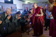 Его Святейшество Далай-лама приветствует членов Центральной тибетской администрации, организаторов 12-й конференции представителей четырех школ тибетского буддизма и традиции бон. Дхарамсала, Индия. 20 июня 2015 г. Фото: Тензин Чойджор (офис ЕСДЛ)