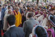 Его Святейшество Далай-ламу встречают во дворе главного тибетского храма перед началом торжеств по случаю его 80-летия. Дхарамсала, Индия. 21 июня 2015 г. Фото: Тензин Чойджор (офис ЕСДЛ)
