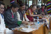 Его Святейшество Далай-лама, почетные гости и все присутствующие на празднике обедают по завершении торжественной части. Дхарамсала, Индия. 21 июня 2015 г. Фото: Тензин Чойджор (офис ЕСДЛ)