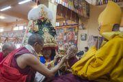 Оракул Нечунга делает подношение Его Святейшеству Далай-ламе во время пуджи долгой жизни по случаю его 80-летия. Дхарамсала, Индия. 21 июня 2015 г. Фото: Тензин Чойджор (офис ЕСДЛ)