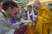Его Святейшество Далай-ламу и главного министра штата Химачал-Прадеш Вирбхадру Сингха встречают традиционными подношениями во дворе главного тибетского храма на второй день праздничных торжеств по случаю 80-летий Его Святейшества. Дхарамсала, Индия. 22 июня 2015 г. Фото: Тензин Чойджор (офис ЕСДЛ)