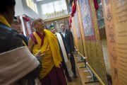 Его Святейшество Далай-лама и главный министра штата Химачал-Прадеш Вирбхадра Сингх осматривают выставку тибетской живописи, организованную обществом Домай в главном тибетском храме. Дхарамсала, Индия. 22 июня 2015 г. Фото: Тензин Чойджор (офис ЕСДЛ)