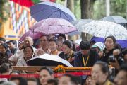 Зрители прячутся от дождя под зонтами во время праздничных торжеств по случаю 80-летия Его Святейшества Далай-ламы. Дхарамсала, Индия. 22 июня 2015 г. Фото: Тензин Чойджор (офис ЕСДЛ)
