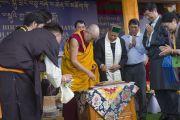 Его Святейшество Далай-лама разрезает торт на праздновании своего 80-летия. Дхарамсала, Индия. 22 июня 2015 г. Фото: Тензин Чойджор (офис ЕСДЛ)