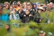 Некоторые из 8500 человек, которые собрались на Королевской лужайке фестиваля в Гластонбери, чтобы послушать Его Святейшество Далай-ламу. Сомерсет, Великобритания. 28 июня 2015 г. Фото: Ник Уолл