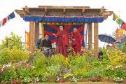 Его Святейшество Далай-лама выступает с речью на Королевской лужайке фестиваля в Гластонбери. Сомерсет, Великобритания. 28 июня 2015 г. Фото: Ник Уолл