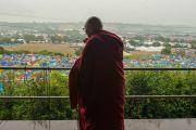 Его Святейшество Далай-лама на смотровой площадке фестиваля в Гластонбери. Сомерсет, Великобритания. 28 июня 2015 г. Фото: Ник Уолл