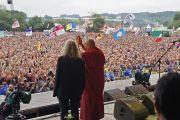 Его Святейшество Далай-лама и Патти Смит приветствуют зрителей, более 120 тысяч человек, на фестивале в Гластонбери. Сомерсет, Великобритания. 28 июня 2015 г. Фото: Джереми Рассел (офис ЕСДЛ)