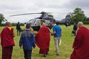 Его Святейшество Далай-лама направляется к вертолету, который отвезет его обратно в Лондон после посещения фестиваля в Гластонбери. Сомерсет, Великобритания. 28 июня 2015 г. Фото: Джереми Рассел (офис ЕСДЛ)