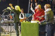 Его Святейшество Далай-лама разрезает именинный пирог, в то время как толпа зрителей во главе с Патти Смит поет ему традиционное поздравление с днем рождения. Фестиваль в Гластонбери, Сомерсет, Великобритания. 28 июня 2015 г. Фото: Джереми Рассел (офис ЕСДЛ)