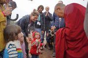 Его Святейшество Далай-лама здоровается с детьми на фестивале в Гластонбери. Сомерсет, Великобритания. 28 июня 2015 г. Фото: Ник Уолл
