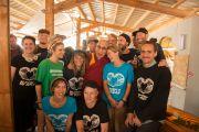 """Его Святейшество Далай-лама и волонтеры """"Гринпис"""" на фестивале в Гластонбери. Сомерсет, Великобритания. 28 июня 2015 г. Фото: Ник Уолл"""