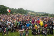 На Королевской лужайке фестиваля собрались более 8500 человек, чтобы послушать Его Святейшество Далай-ламу. Гластонбери, Сомерсет, Великобритания. 28 июня 2015 г. Фото: Ник Уолл