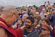 Его Святейшество Далай-лама общается с публикой на фестивале в Гластонбери. Сомерсет, Великобритания. 28 июня 2015 г. Фото: Джереми Рассел (офис ЕСДЛ)