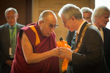 Далай-лама встретился с мэром Франкфурта и посетил праздник, устроенный тибетской общиной Германии в честь его 80-летия