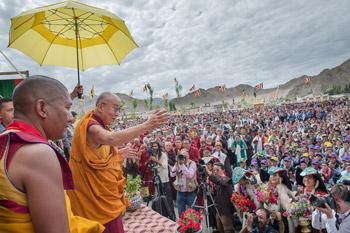 Далай-лама посетил храм Джоканг и школу Джамьянг в Ле