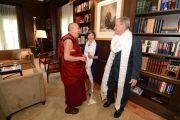 Президент Джордж Буш-младший приветствует Его Святейшество Далай-ламу в президентском центре в Далласе. Штат Техас, США. 1 июля 2015 г. Фото: Центр Буша