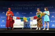 Члены Тибетского клуба школы им. Букера Т. Вашингтона преподносят Его Святейшеству Далай-ламе сделанные ими молитвенные флаги перед началом лекции в Южном методистском университете. Даллас, штат Техас, США. 1 июля 2015 г. Фото: Центр Буша