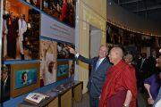 Президент Джордж Буш-младший показывает Его Святейшеству Далай-ламе музей в президентском центре в Далласе. Штат Техас, США. 1 июля 2015 г. Фото: Центр Буша