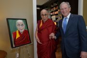 Его Святейшество Далай-лама у своего портрета, написанного Джорджем Бушем-младшим в президентском центре в Далласе. Штат Техас, США. 1 июля 2015 г. Фото: Центр Буша