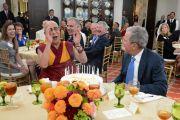 Его Святейшество Далай-лама радостно смеется, принимая от Джорджа Буша-младшего именинный торт в честь своего грядущего 80-летия. Даллас, штат Техас, США. 1 июля 2015 г. Фото: Центр Буша
