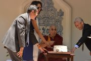 """Его Святейшество Далай-лама пробует именинный пирог, который ему поднесли по случаю приближающегося 80-летия  перед началом лекции на ранчо """"Лас-Ломас"""" в Сильверадо. Штат Калифорния, США. 4 июля 2015 г. Фото: Сонам Зоксанг"""