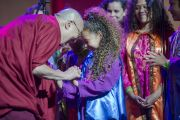 Его Святейшество Далай-лама благодарит участников детского хора после их выступления на сцене Хонда-центра в честь его 80-летия. Аннахайм, штат Калифорния, США. 5 июля 2015 г. Фото: Тензин Чойджор (офис ЕСДЛ)