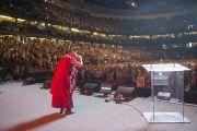 Его Святейшество Далай-лама приветствует аудиторию из более чем 18 тысяч человек, собравшихся на его лекцию и торжества по случаю его 80-летия в Хонда-центре. Аннахайм, штат Калифорния, США. 5 июля 2015 г. Фото: Тензин Чойджор (офис ЕСДЛ)