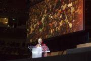"""Досточтимый Тензин Дхонден, основатель организации """"Друзья Далай-ламы"""", выступившей инициатором проведения саммита """"Глобальное сострадание"""", приветствует собравшихся в зале Хонда-центра. Аннахайм, штат Калифорния, США. 5 июля 2015 г. Фото: Тензин Чойджор (офис ЕСДЛ)"""