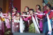 Выступление тибетских детей на празднике в честь 80-летия Его Святейшества Далай-ламы в Хонда-центре. Аннахайм, штат Калифорния, США. 5 июля 2015 г. Фото: Тензин Чойджор (офис ЕСДЛ)