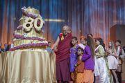 Его Святейшество Далай-лама любуется огромным тортом, который ему преподнесли в честь его 80-летия. Аннахайм, штат Калифорния, США. 5 июля 2015 г. Фото: Тензин Чойджор (офис ЕСДЛ)