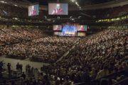 """Вид на зал Хонда-центра, где собралось более 18 тысяч человек, чтобы присутствовать на саммите """"Глобальное сострадание"""" и празднестве в честь 80-летия Его Святейшества Далай-ламы. Аннахайм, штат Калифорния, США. 5 июля 2015 г. Фото: Тензин Чойджор (офис ЕСДЛ)"""