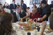 Его Святейшество Далай-лама и мэр Аннахайма Том Тэйт на завтраке в первый день трехдневного саммита, посвященного глобальному состраданию. Аннахайм, штат Калифорния, США. 5 июля 2015 г. Фото: Тензин Чойджор (офис ЕСДЛ)