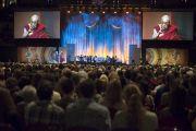Его Святейшество Далай-лама говорит о пробуждении сострадания на сцене Хонда-центра. Аннахайм, штат Калифорния, США. 5 июля 2015 г. Фото: Тензин Чойджор (офис ЕСДЛ)