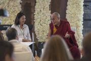 Его Святейшество Далай-лама отвечает на вопросы Энн Карри во время завтрака в первый день саммита, посвященного глобальному состраданию, в Хонда-центре. Аннахайм, штат Калифорния, США. 5 июля 2015 г. Фото: Тензин Чойджор (офис ЕСДЛ)