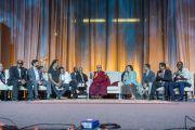 """Его Святейшество Далай-лама отвечает на вопросы во время саммита """"Глобальное сострадание"""" в Хонда-центре. Аннахайм, штат Калифорния, США. 5 июля 2015 г. Фото: Тензин Чойджор (офис ЕСДЛ)"""