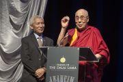 Его Святейшество Далай-лама выступает во время мероприятия, организованного мэром Томом Тэйтом в театре Аннахайма. Аннахайм, штат Калифорния, США. 5 июля 2015 г. Фото: Тензин Чойджор (офис ЕСДЛ)