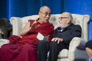 """Его Святейшество Далай-лама и океанограф Уолтер Манк на саммите """"Глобальное сострадание"""". Ирвайн, штат Калифорния, США. 6 июля 2015 г. Фото: Тензин Чойджор (офис ЕСДЛ)"""