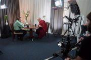 Его Святейшество Далай-лама отвечает на вопросы известного телеведущего Ларри Кинга. Ирвайн, штат Калифорния, США. 6 июля 2015 г. Фото: Тензин Чойджор (офис ЕСДЛ)