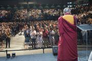 Его Святейшество Далай-лама приветствует аудиторию в Университете Калифорнии. Ирвайн, штат Калифорния, США. 6 июля 2015 г. Фото: Тензин Чойджор (офис ЕСДЛ)