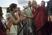 """Его Святейшество Далай-лама здоровается со своими поклонниками по пути на сцену, где должна начаться вторая сессия второго дня саммита """"Глобальное сострадание"""". Ирвайн, штат Калифорния, США. 6 июля 2015 г. Фото: Тензин Чойджор (офис ЕСДЛ)"""