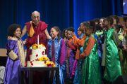 Его Святейшество Далай-лама и участники детского хора задувают свечи на именинном торте в честь его 80-летия. Ирвайн, штат Калифорния, США. 6 июля 2015 г. Фото: Тензин Чойджор (офис ЕСДЛ)