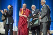 Вирабхадран Раманантан и Уолтер Манк вручают Его Святейшеству Далай-ламе изображение нового вида морского животного, названного в честь Его Святейшества. Ирвайн, штат Калифорния, США. 6 июля 2015 г. Фото: Тензин Чойджор (офис ЕСДЛ)