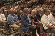"""Некоторые из более чем 6000 человек, собравшихся в Университете Калифорнии, чтобы поучаствовать во втором дне саммита """"Глобальное сострадание"""". Ирвайн, штат Калифорния, США. 6 июля 2015 г. Фото: Тензин Чойджор (офис ЕСДЛ)"""